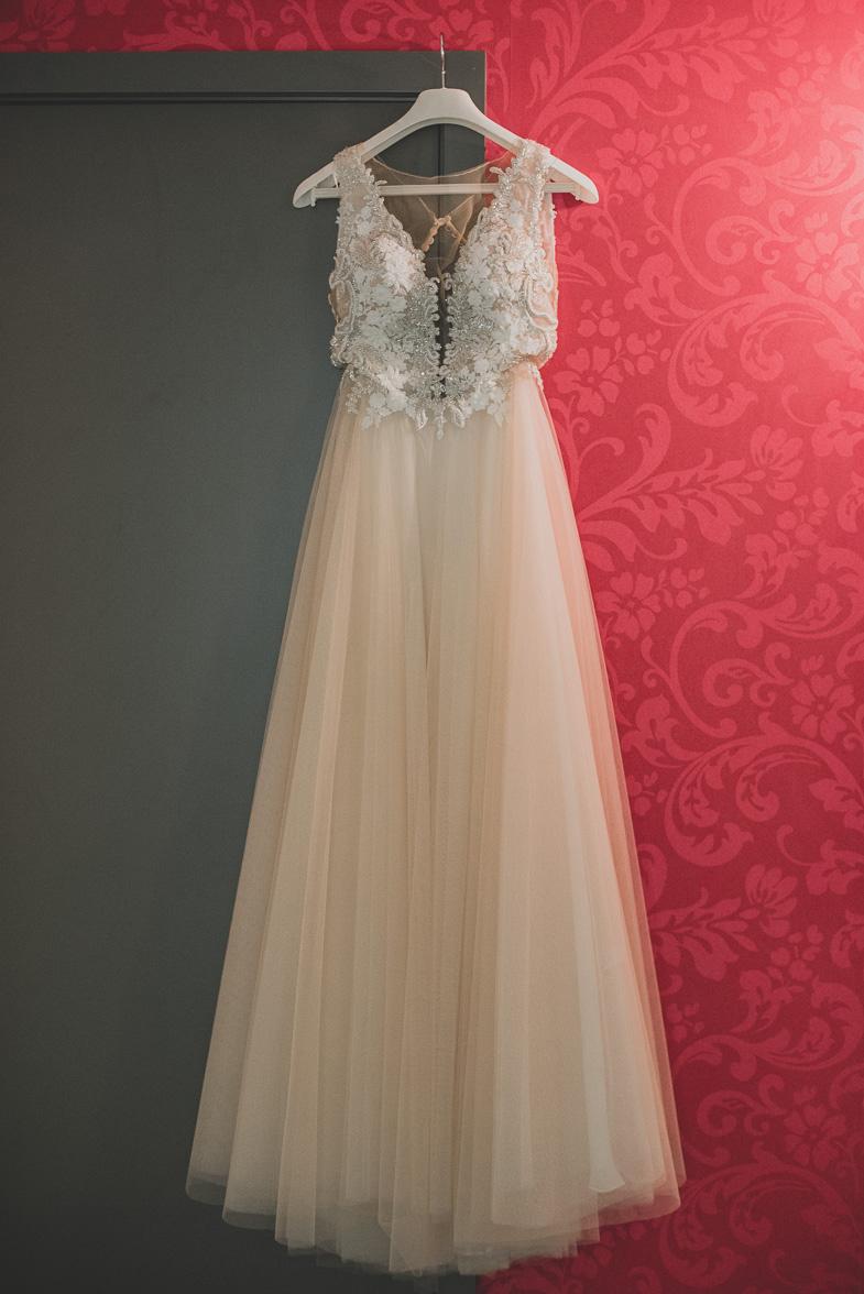 Fotografija glamurozne poročne obleke.
