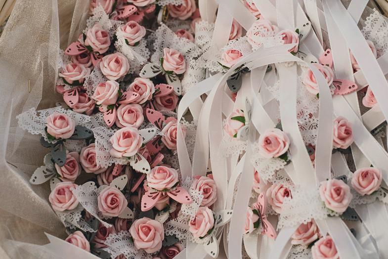Poročne priponke s cvetjem namenjene svatom.