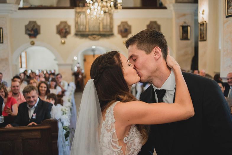 Trenutek poročnega poljuba.