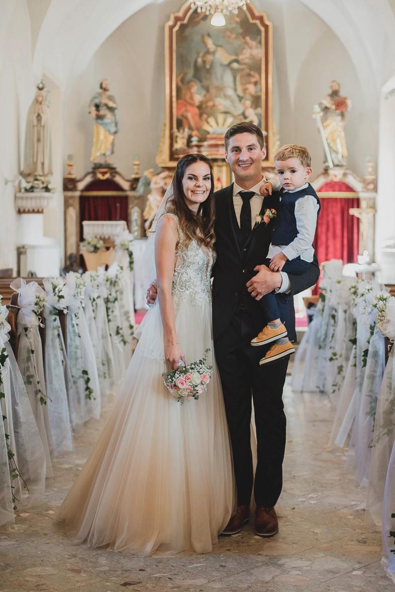 Poročna fotografija mlade družine.