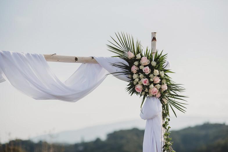 Poročna dekoracija s cvetjem.