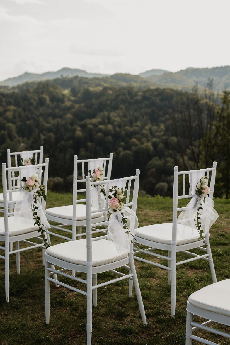 Fotografija okrašenih stolov namenjenih svatom.
