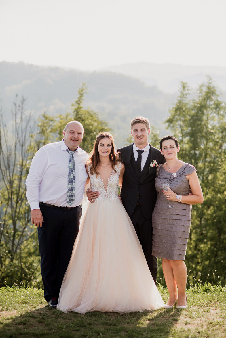 Primer formalne poročne fotografije s starši.
