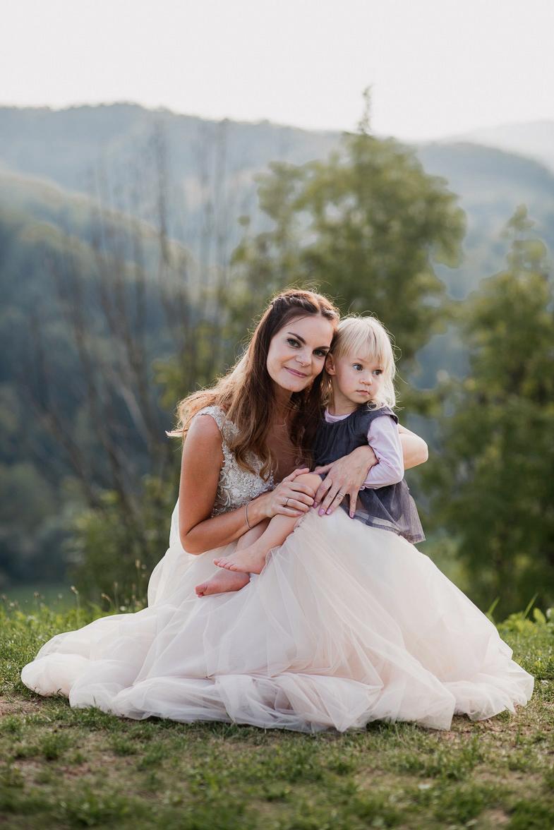 Fotografija neveste z otrokom.