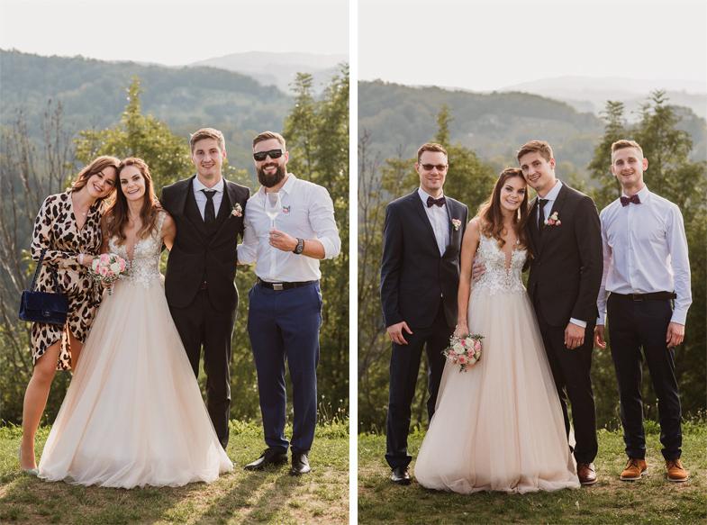 Mladoporočenca med poročnim fotografiranjem v družbi obeh prič in Filipa Flisarja.