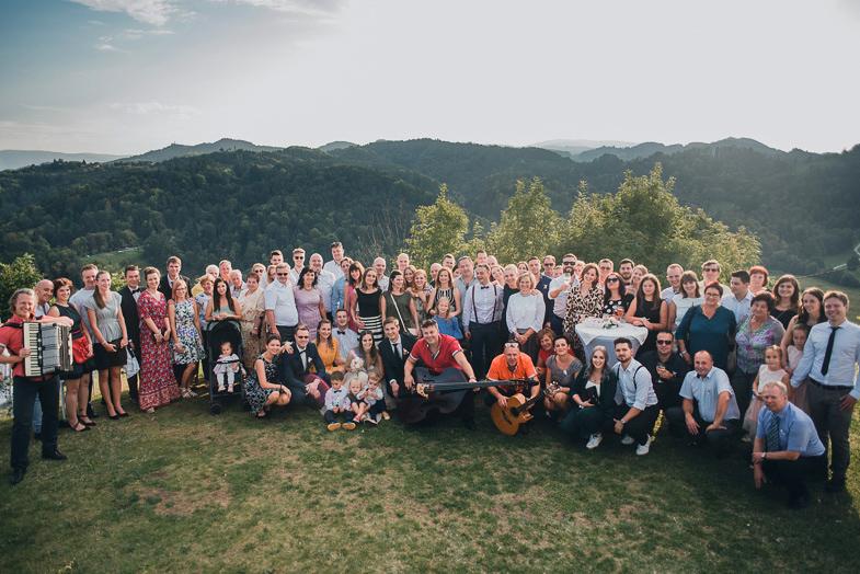 Primer skupinske poročne fotografije.
