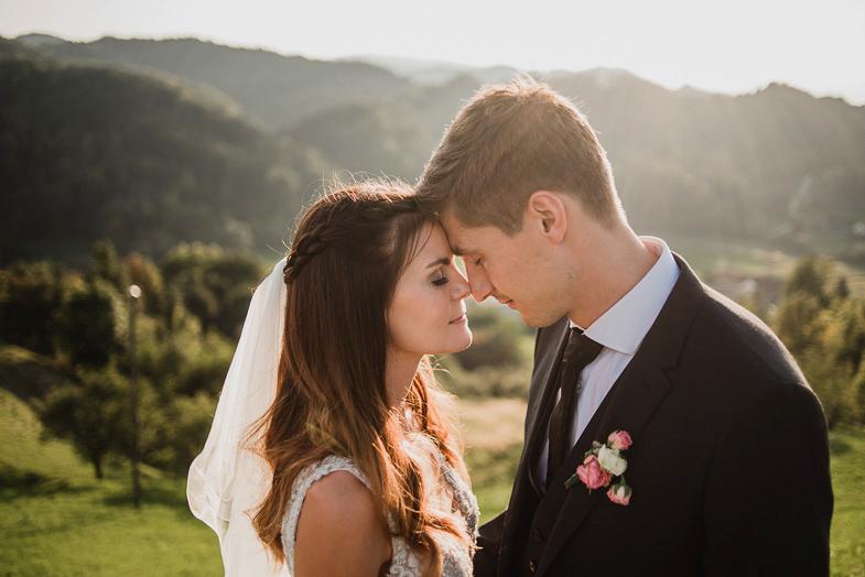 Mladoporočenca, ki sta najela poročnega fotografa za fotografiranje v Mariboru.