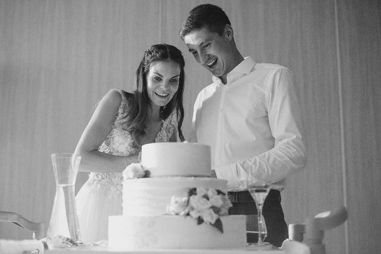 Trenutek razreza poročne torte.