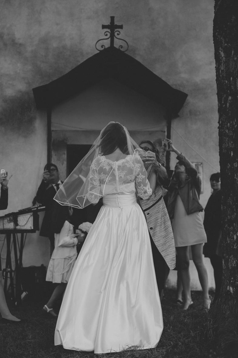 Portret neveste v moderni poročni obleki.