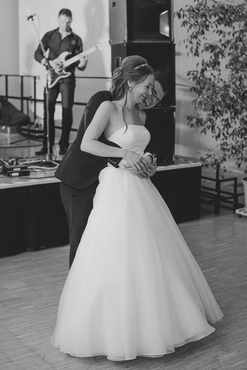 Eine Braut und ein Bräutigam und ihre perfekte Hochzeit.