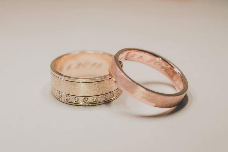 Fotografija zlatih poročnih prstanov.