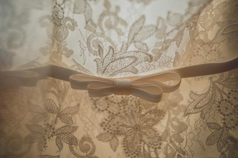Detajl čipkaste poročne obleke.