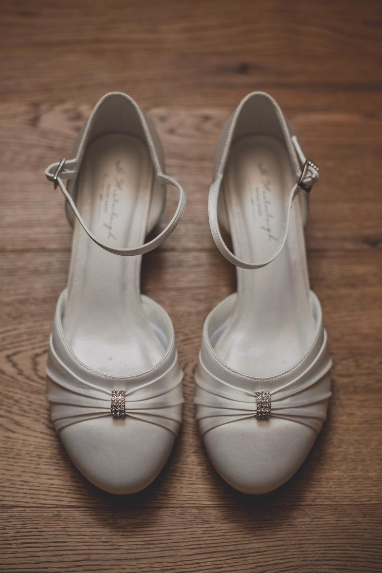 Poročni čevlji z visokimi petami.