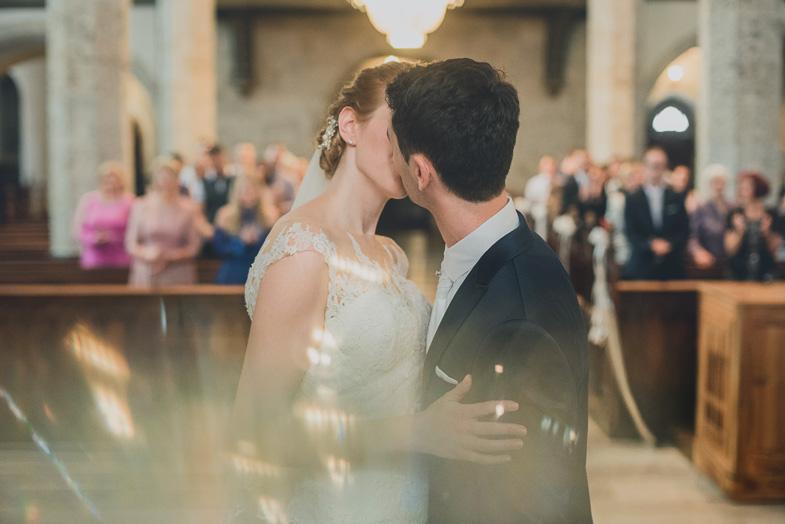 Ženin in nevesta med poročnim poljubom.