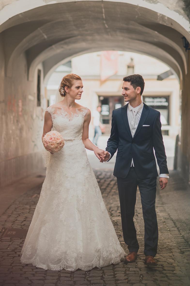 Mladoporočenca, ki sta se odločila za najem poročnega fotografa.