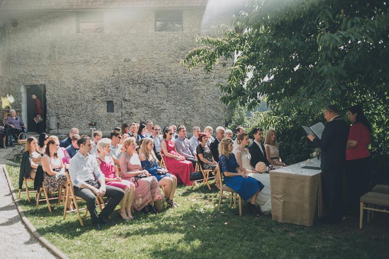 Utrinek s fotografiranja civilne poroke.