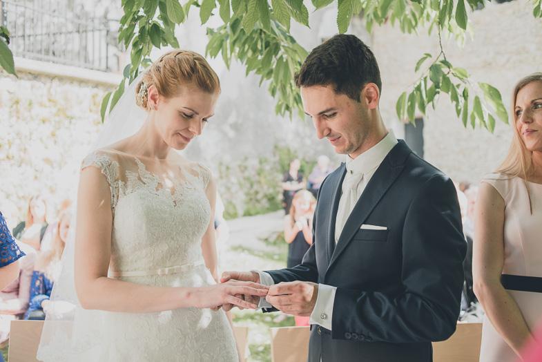 Mladoporočenca med civilno poroko.