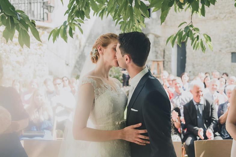 Formalna poročna fotografija posneta med obredom.