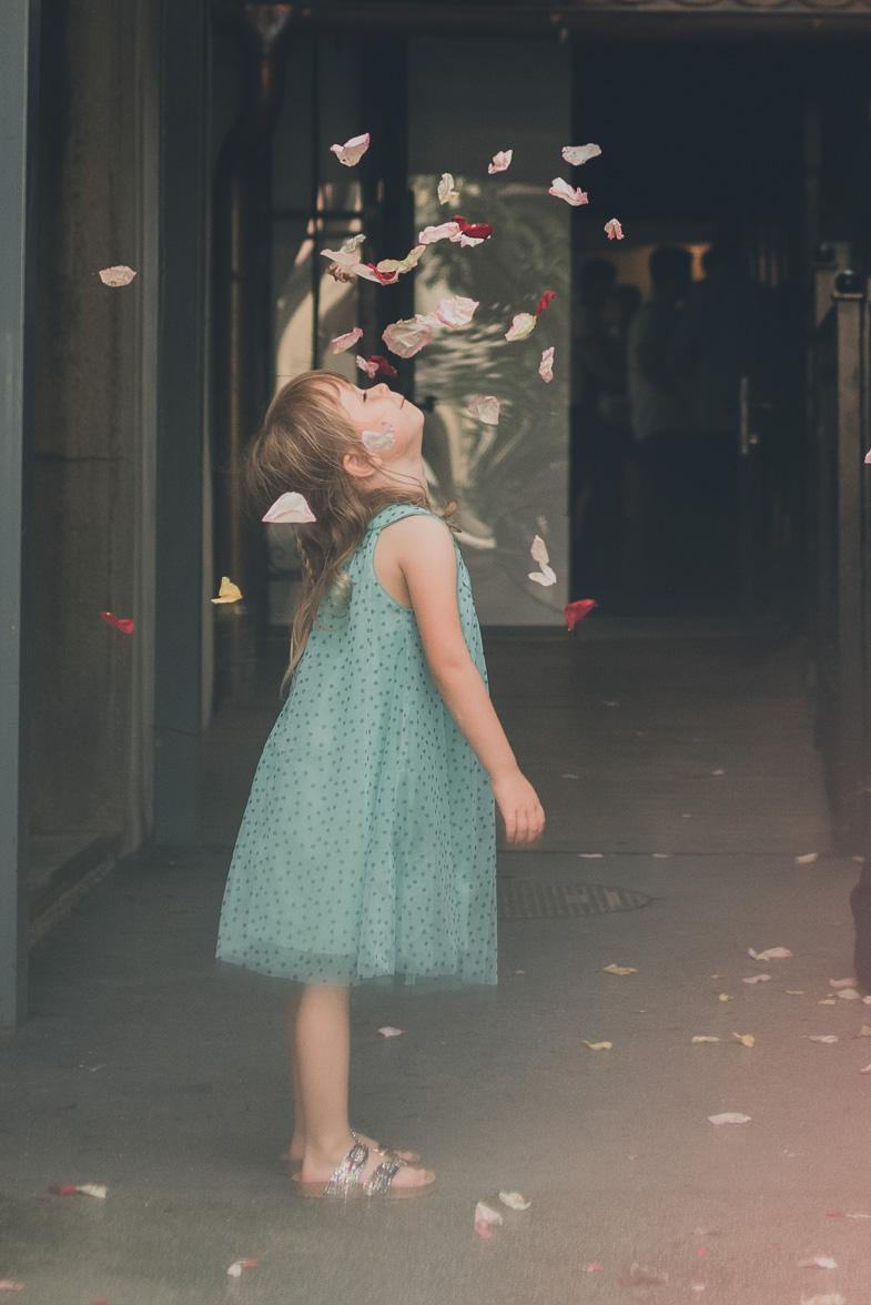 Deklica med obsipavanjem s cvetjem.