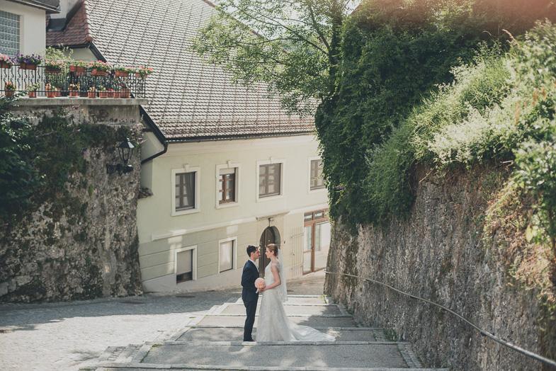 Utrinek s fotografiranja poročnega para med sprehodom po mestu.