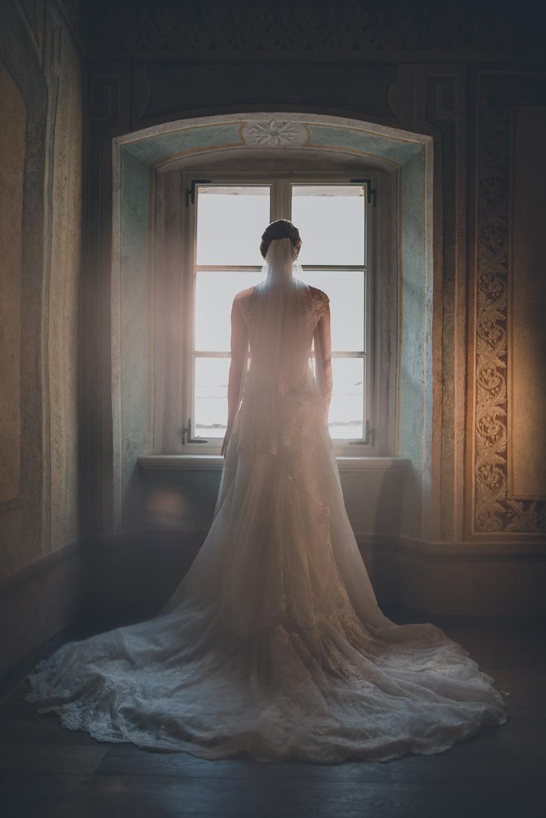 Popolna poročna obleka z vlečko.