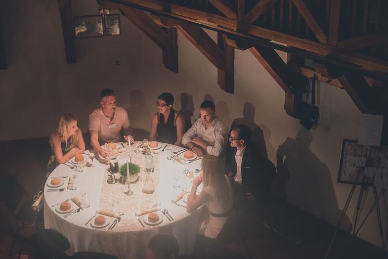 Svati med poročno večerjo.
