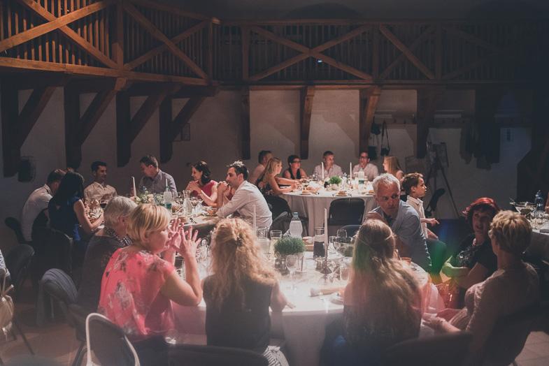 Poročna pogostitev svatov.