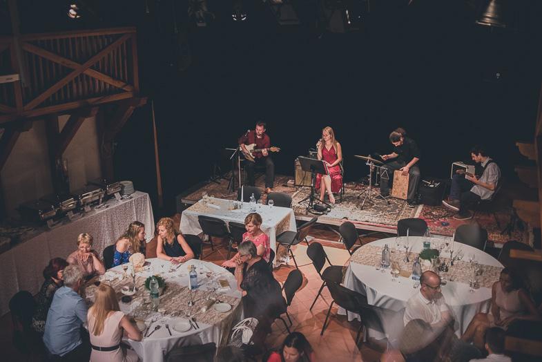 Poročni ansambel med izvajanjem glasbe.