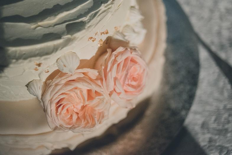 Fotografija okrasja na poročni torti.
