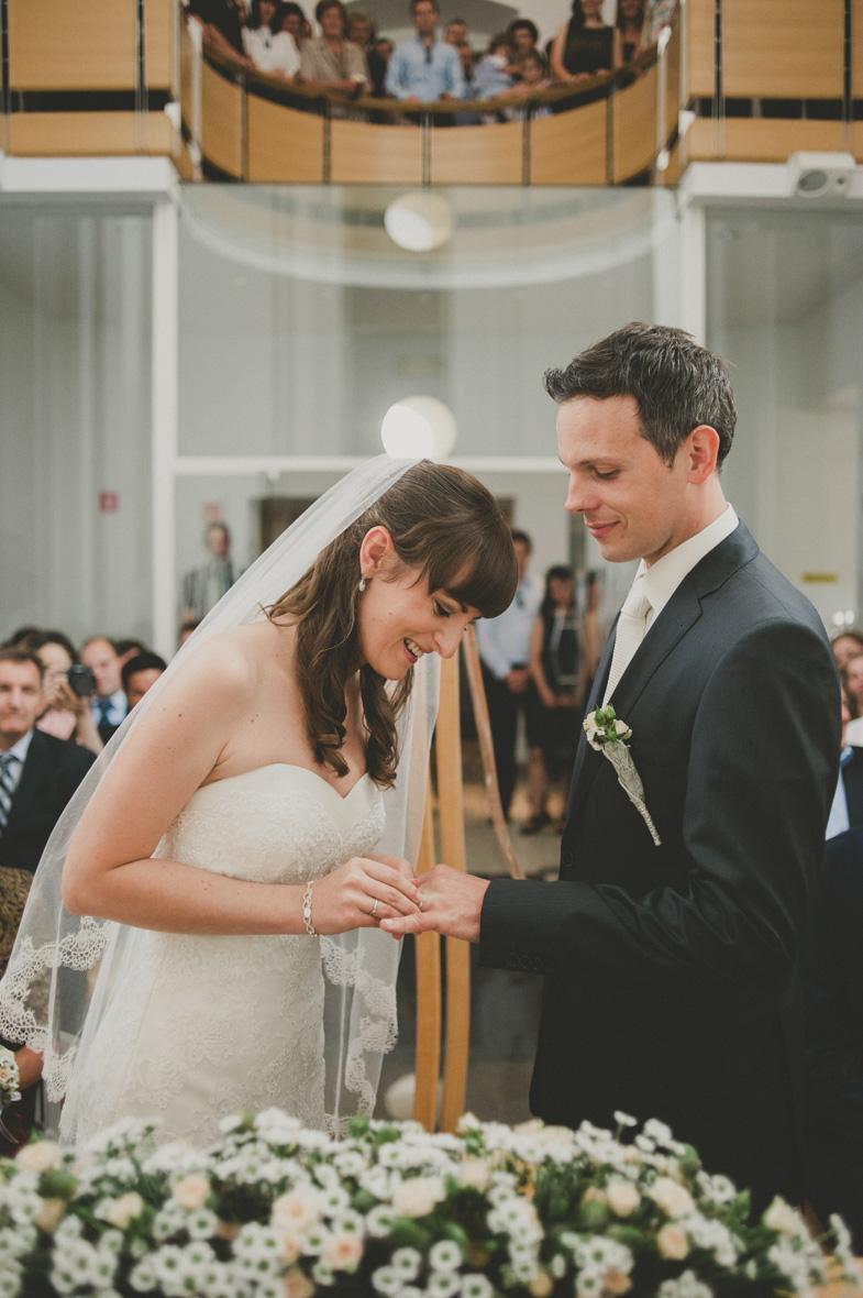 Fotografija izmenjave poročnih prstanov.