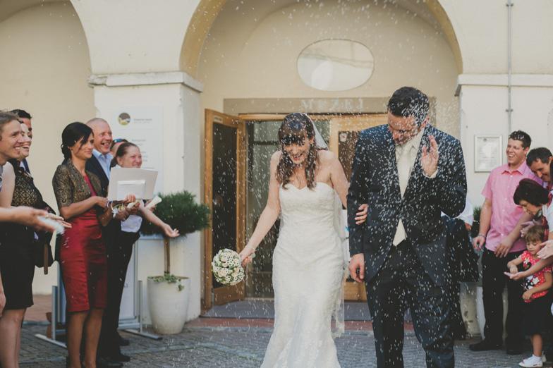 Metanje riža na poroki.