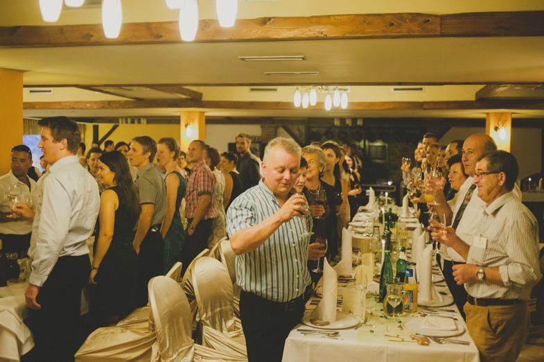 Nazdravljanje svatov na poroki.