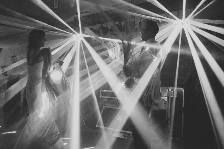 Poročni ples v soju luči.