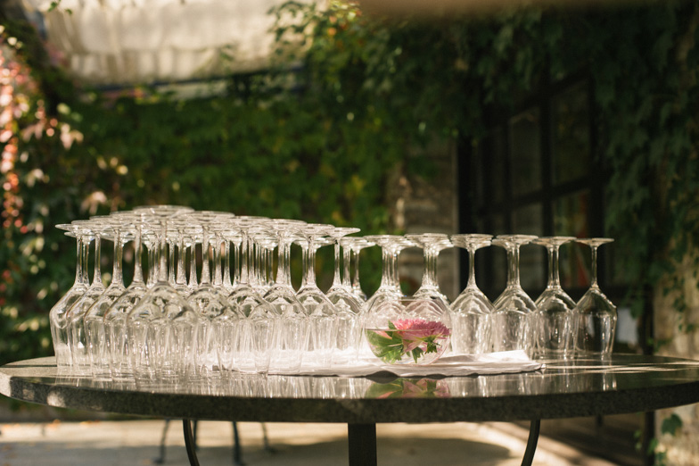 Table wedding decorations with glasses of wine and champagne.