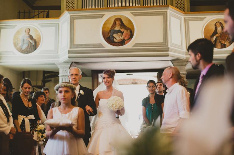 Tradicionalna poročna fotografija z nevesto, njenim očetom in deklico s cvetjem.