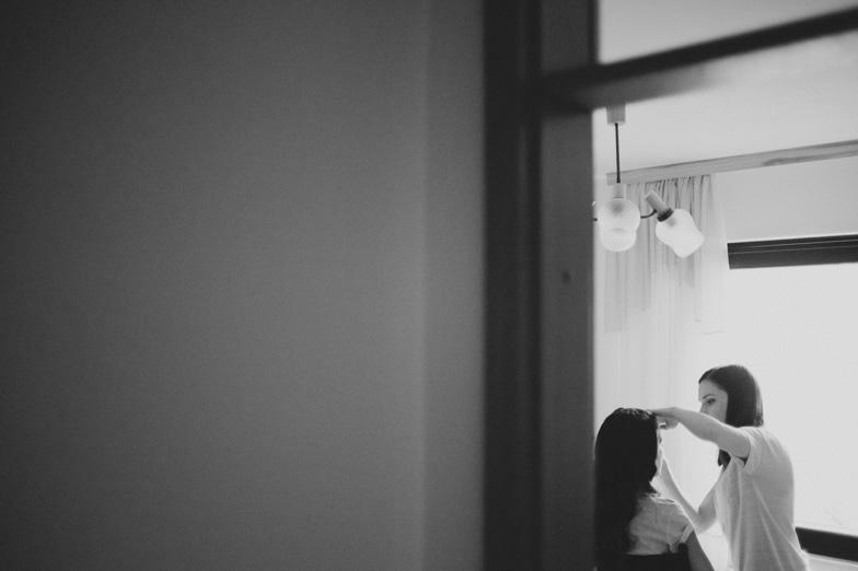 Urejanje neveste za poročno slovesnost.