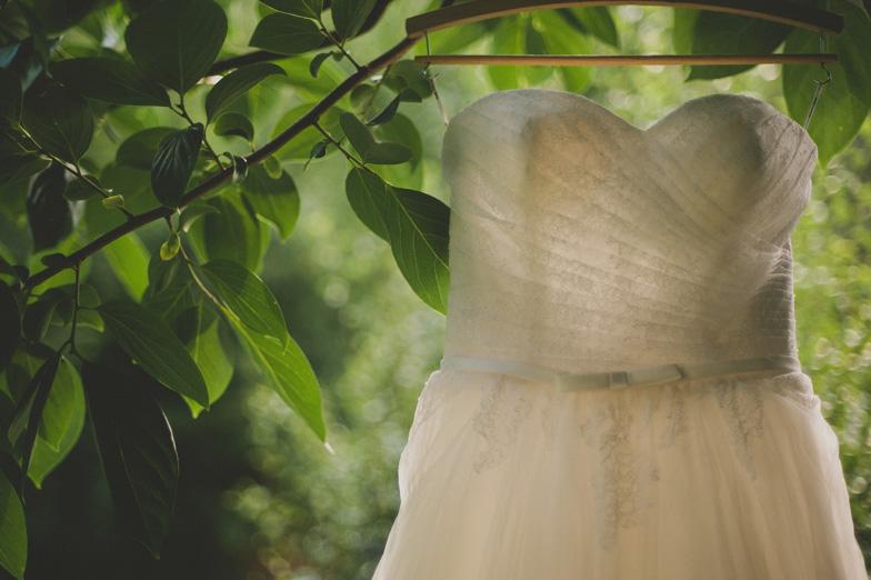 Fotografija klasične bele poročne obleke brez naramnic.
