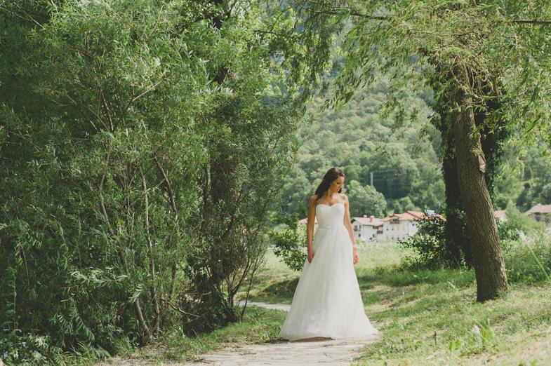 Fotografija neveste v najlepši dolgi poročni obleki.