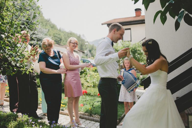 Trenutek prvega srečanja ženina in neveste.