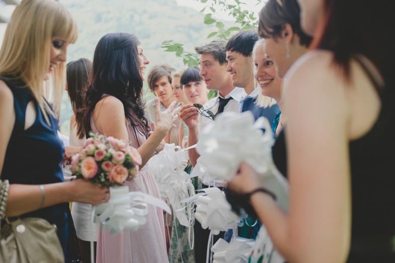 Fotografija svatov z belimi poročnimi pentljami.