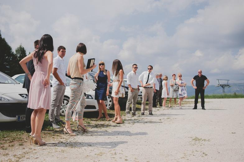 Zbiranje svatov na poroki.