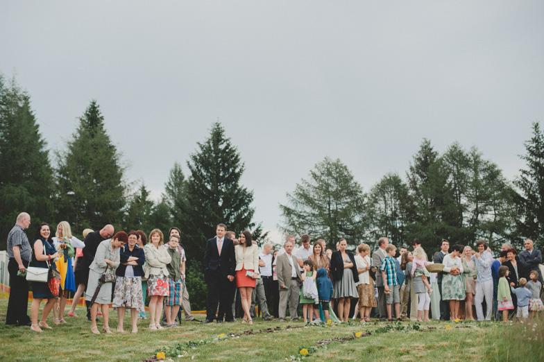 Svati pred poročnim obredom na Cerknem.