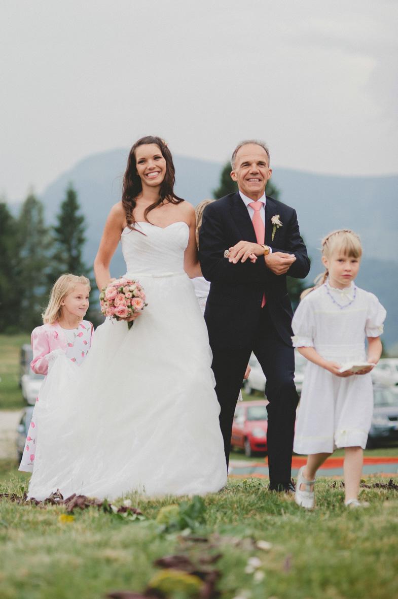 Nevesta z očetom med poročnim obredom.