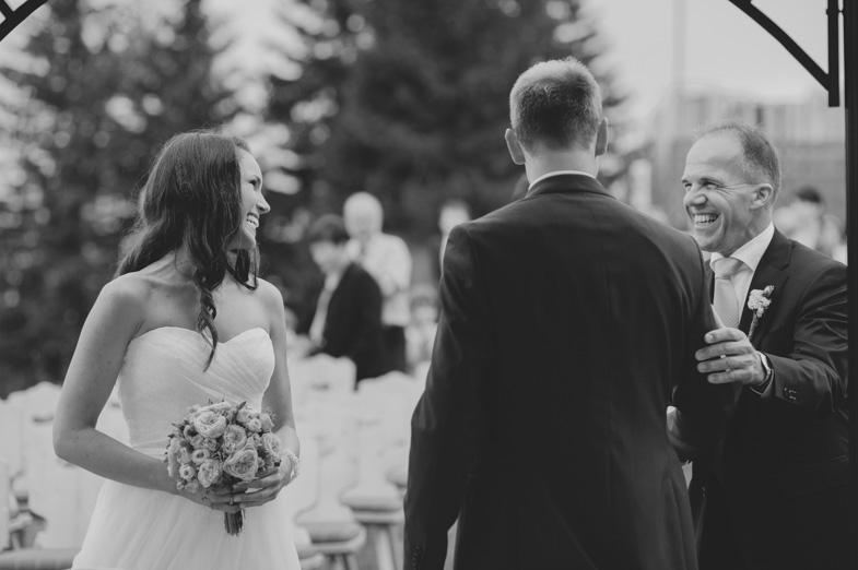 Fotografija, ki prikazuje trenutek, ko oče odda nevesto ženinu.