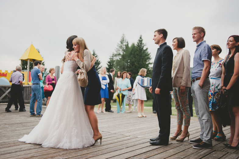 Nevesta med sprejemanjem čestitk od svatov.