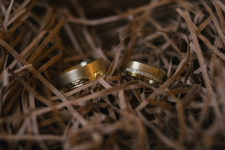 Fotografija zlatih poročnih prstanov