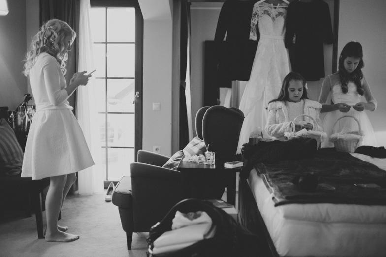Priprave na poroko neveste in deklic s cvetjem.