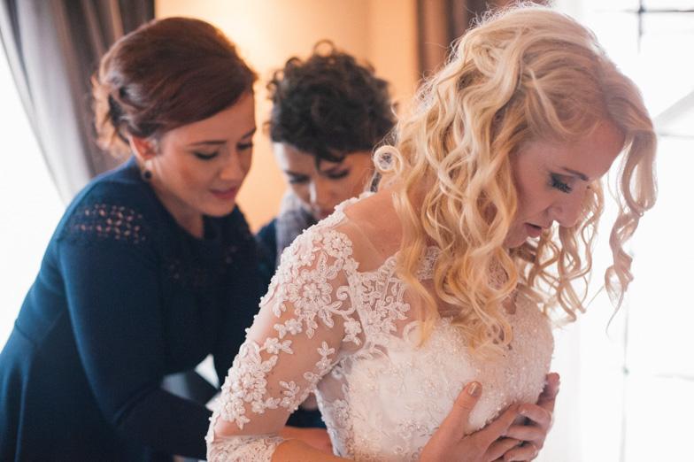 Trenutek oblačenja poročne obleke.