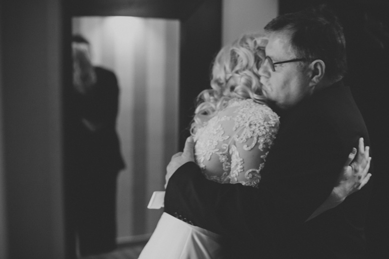 Fotografija objema neveste z očetom.