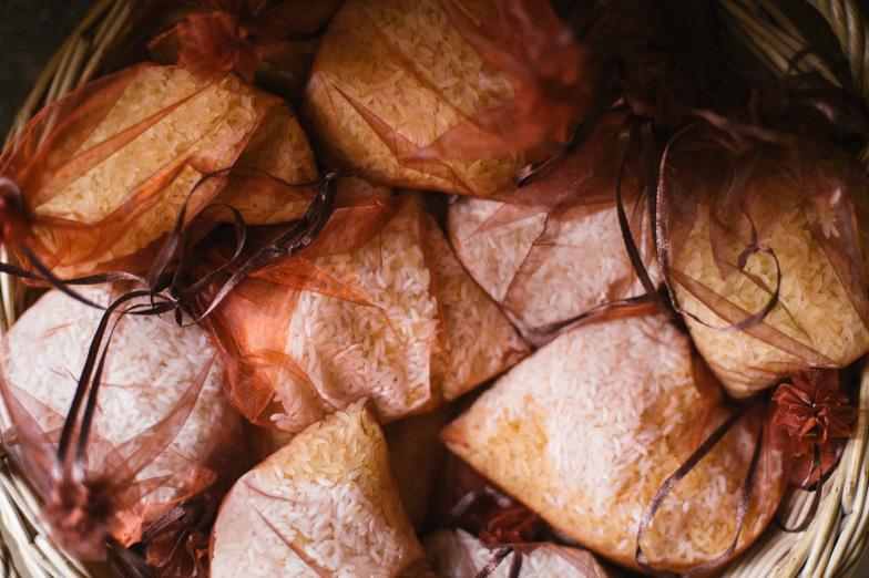 Fotografija vrečk napolnjenih z rižem.